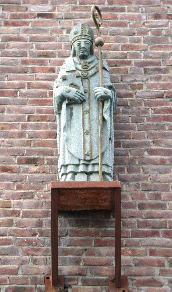Statue av Torfinn på fasaden til St. Torfinn katolske kirke på Hamar